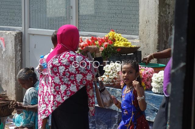 花を買う親子